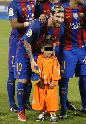 Niño que hizo jersey de plástico de Messi pide ayuda para salir de Afganistán