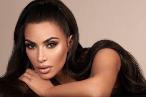 El peinado de los 90 que Kim Kardashian insiste en hacer tendencia