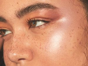4 hacks de maquiagem bem simples para deixar a pele mais brilhante
