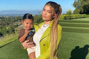 Hija de Kylie Jenner luce una mini bolsa Louis Vuitton con mucho estilo