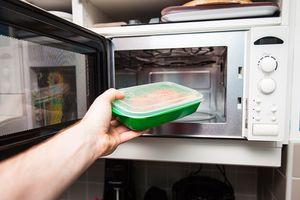 El microondas y su mala fama: ¿realmente es malo calentar la comida así?