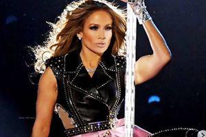 Jennifer Lopez tiene el look más fashion para la temporada con short corte alto y maxi botas