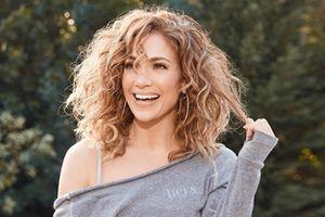 Jennifer Lopez lleva el vestido camisero más elegante y es perfecto para las mujeres de más de 30 años