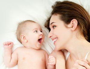 """Hablarle a los bebés """"como guagua"""" hace que aprendan mejor y presten más atención, según estudio"""