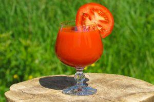 Conoce por qué es importante que consumas jugo de tomate