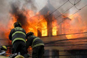 Valparaíso: incendio de grandes proporciones en tradicional casona que funciona como hogar de adultos mayores