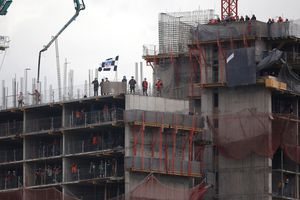 Presidente de Colo Colo sorprende a trabajadores que alentaron desde edificio en construcción