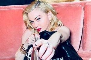 Madonna posa en topless a sus 61 años y demuestra que lo más importante no es la edad si no la seguridad y actitud