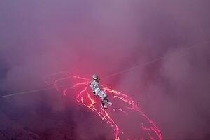 Brasileira bate recorde mundial de travessia em lago de lava; confira o vídeo