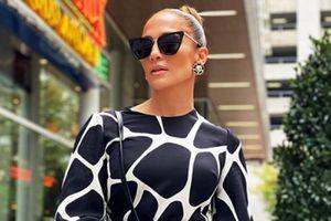 Jennifer Lopez nos enseña a llevar pantalones blancos sin miedo a las celulitis