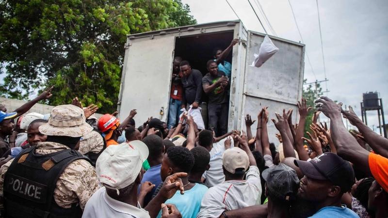 Hambre genera caos en reparto de comidas en Haití