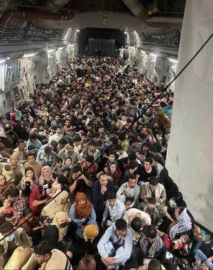 ¿Qué hay detrás de la imagen de personas huyendo de Kabul?