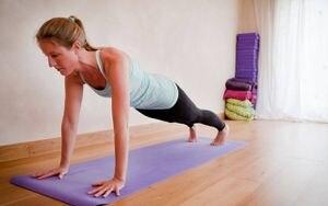 Posturas de yoga ideales para lograr brazos tonificados y olvidarte de la flacidez