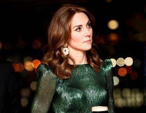 Los inspiradores mensajes que tienen los vestidos y blusas de Kate Middleton
