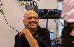 Hombre tetrapléjico es capaz de alimentarse controlando un brazo robótico gracias a electrodos instalados en su cerebro