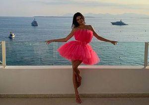 Kendall Jenner muestra una falda perfecta para mujeres con piernas largas
