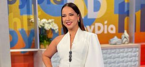 Adamari Lopez hermosa en vestido lápiz lila estilo asimétrico