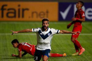 La Calera en el suelo: cae de local ante Vélez en la Libertadores y termina con nueve hombres