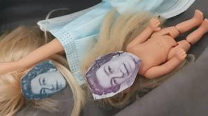 Criança corta dinheiro de verdade para usar o rosto da Rainha em suas bonecas
