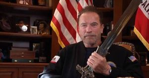 Con la espada de Conan, Schwarzenegger ataca a Trump: Es el peor Presidente de la historia