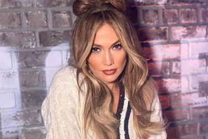 Jennifer Lopez muestra cómo llevar unos leggins con mucho estilo en un look casual