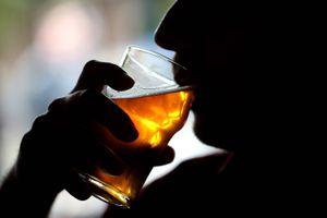 Especialistas advierten sobre peligroso síndrome por alcohol y coronavirus