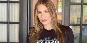 Sofía Vergara fascina en una camisola de satén con estampado de cebra, jeans desgastados y sandalias de plataforma negras