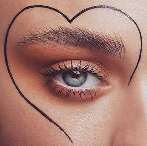 Cejas despeinadas, el estilo que se ha vuelto tendencia y podrías amar