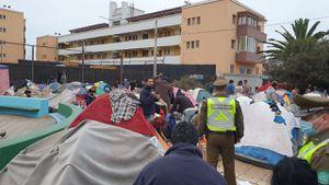 Tensión en Iquique: Carabineros y PDI desalojan a cientos de migrantes