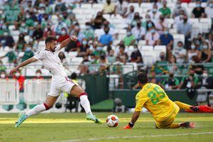 Bravo volvió a la titularidad en vibrante triunfo del Betis por la Europa League: le marcaron tres goles