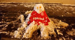 Bonecos de Chernobyl: internautas se divertem com a neve nas redes