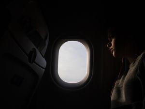 Janela aberta ou fechada? Passageiros travam batalha por janela durante voo