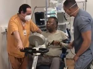 VIDEO: Pelé se muestra con buen ánimo desde el hospital