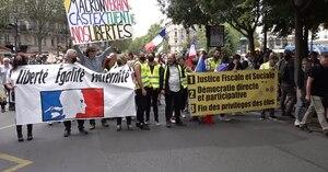 Manifestantes toman las calles de París contra los pases sanitarios y la vacunación