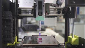 Científicos trabajan en un experimento en el que imprimen huesos con una tinta a base de cerámica y una impresora 3D