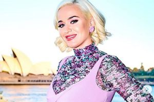 Katy Perry presume su enorme 'pancita' de embarazo en un traje de baño vintage floreado