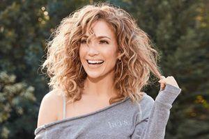 Jennifer Lopez muestra el vestido bohemio más hermoso para lucir las curvas en otoño