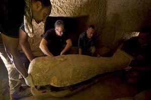 Egito faz descoberta inédita de 27 sarcófagos lacrados