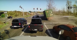 Vídeo impactante registra momento em que carreta tem falha nos freios e sai arrastando tudo por onde passa