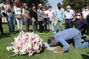 Mensaje e imágenes de Guillermo Lasso al visitar la tumba de sus padres