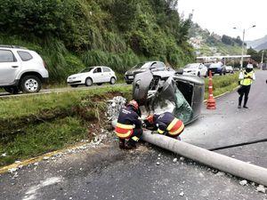 Dos vehículos colisionaron en la Autopista Rumiñahui; se registran tres personas heridas