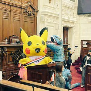 Constituyentes de derecha en picada contra Tía Pikachu por llegar disfrazada a Convención
