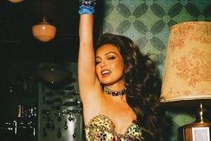 Thalía deslumbra con un vestido rojo brillante y un cinturón de serpiente con piedras de cristales