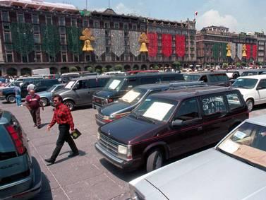 """Llegó la hora: AMLO firma acuerdo para regularizar autos """"chocolate"""" en frontera norte"""