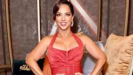 Adamari Lopez se une a la tendencia de los tonos neón con este vestido asimétrico con volantes