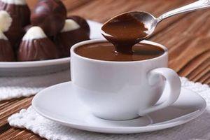 Este chocolate quente cremoso é IRRESISTÍVEL para dias frios; confira a receita!