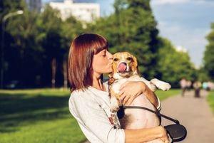 Estudio comprueba que las personas besan más a su perro que a su pareja