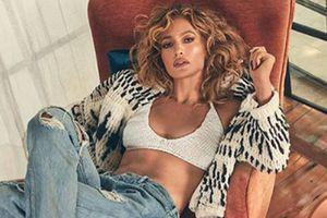 Jennifer Lopez en crop top y pantalón paper bag prueba que la comodidad y el estilo no están peleados