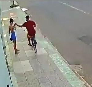 Hombre atropella a ladrón en bicicleta que robó el celular de su pareja
