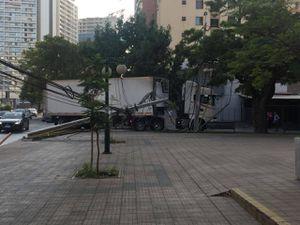 """Camión """"Terminator"""": 10 postes derribados y casi un millar de vecinos sin luz en Ñuñoa"""